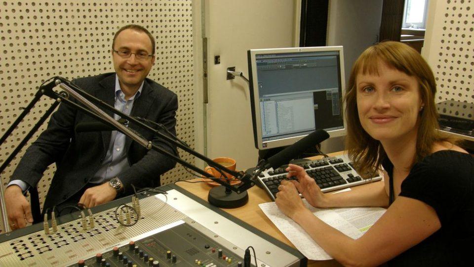 Filip Bobiňski ve studiu s autorkou pořadu Až na dřeň Kateřinou Kubalovou