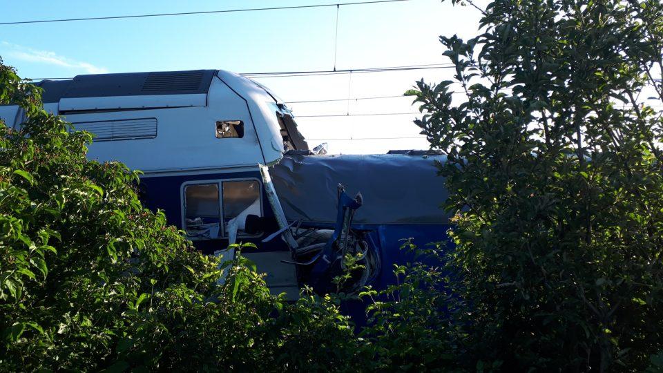 Škoda na osobním vlaku, ve kterém zemřel strojvůdce, činí podle Drážní inspekce 40 milionů korun, na vozidlech nákladního vlaku pět milionů korun a na lokomotivě nákladního vlaku 300 tisíc korun